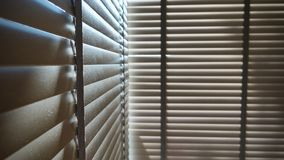 Ciechi, anche la luce del sole fuori dei ciechi di finestra, sole ed ombra sui ciechi di finestra, interno decorativo nella casa immagini stock