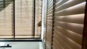 Ciechi, anche la luce del sole fuori dei ciechi di finestra, sole ed ombra sui ciechi di finestra, interno decorativo nella casa immagine stock
