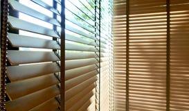 Ciechi, anche la luce del sole fuori dei ciechi di finestra, sole ed ombra sui ciechi di finestra, interno decorativo nella casa fotografia stock libera da diritti