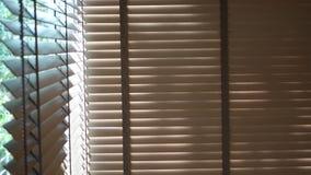 Ciechi, anche la luce del sole fuori dei ciechi di finestra, sole ed ombra sui ciechi di finestra, interno decorativo nella casa fotografie stock
