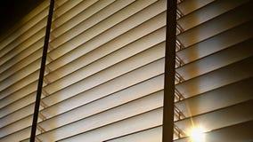 Ciechi, anche la luce del sole fuori dei ciechi di finestra di legno, sole ed ombra sui ciechi di finestra fotografia stock libera da diritti
