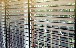 Ciechi, anche la luce del sole fuori dei ciechi di finestra di legno, sole ed ombra sui ciechi di finestra fotografie stock libere da diritti
