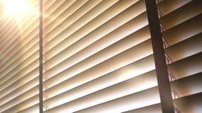 Ciechi, anche la luce del sole fuori dei ciechi di finestra di legno, sole ed ombra sui ciechi di finestra immagini stock
