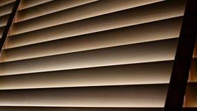 Ciechi, anche la luce del sole fuori dei ciechi di finestra di legno, sole ed ombra sui ciechi di finestra fotografia stock