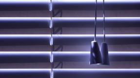 Ciechi chiusi di Windows, protezione del sole un giorno luminoso fotografie stock libere da diritti