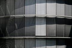 Ciechi chiusi, otturatori metallici su costruzione moderna fotografia stock