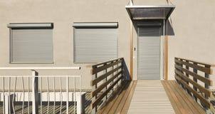 Ciechi del metallo sulle porte e sulle finestre della facciata della casa Fotografia Stock Libera da Diritti