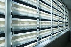 Ciechi del tessuto della finestra fotografie stock libere da diritti