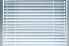 Ciechi dell'alluminio della finestra Fondo fotografie stock