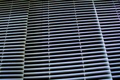 Ciechi di alluminio bianchi di orizzontale su Windows chiuso Immagini Stock