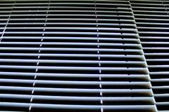 Ciechi di alluminio bianchi di orizzontale su Windows chiuso Fotografie Stock