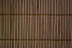 Ciechi di bambù e luce solare che scoppiano attraverso loro fotografia stock libera da diritti