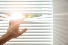 Ciechi di finestra di apertura del giovane Spazio per testo immagine stock