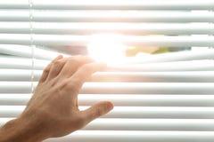 Ciechi di finestra di apertura del giovane Spazio per testo immagine stock libera da diritti