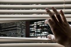 Ciechi di finestra di apertura dell'uomo che vedono le torrette di affari Fotografia Stock Libera da Diritti