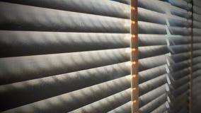 Ciechi di legno del primo piano Luce solare attraverso le finestre al salone Fuoco selettivo e contesto leggero di immagine fotografie stock