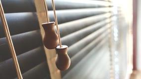 Ciechi di legno del primo piano Luce solare attraverso le finestre al salone Fuoco selettivo e contesto leggero di immagine immagini stock