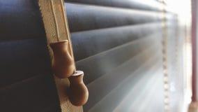 Ciechi di legno del primo piano Luce solare attraverso le finestre al salone Fuoco selettivo e contesto leggero di immagine immagine stock libera da diritti