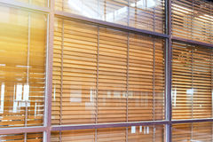 Ciechi di legno dietro la finestra di vetro fotografia stock libera da diritti