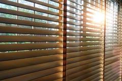Ciechi di legno in una casa che prende la luce solare con luce scoppiata immagini stock
