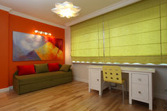Ciechi di verde nella stanza moderna Immagini Stock