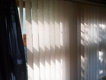 Ciechi di verticale sulla finestra immagini stock