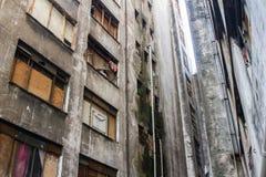 Ciechi fatti dei pezzi di legno in una costruzione occupata abbandonata Fotografia Stock