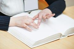 Ciechi o libro di lettura visivamente handicappato immagini stock libere da diritti