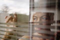 Ciechi tristi della donna fotografia stock libera da diritti