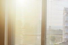 Ciechi in una casa che prende la luce solare fotografie stock libere da diritti