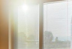 Ciechi in una casa che prende la luce solare fotografia stock