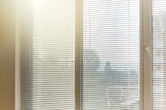 Ciechi in una casa che prende la luce solare immagine stock