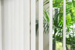 Ciechi verticali moderni del tessuto sulla finestra immagine stock