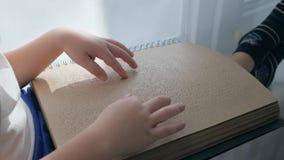 Cieco, libro di Braille in mani dell'uomo cieco video d archivio
