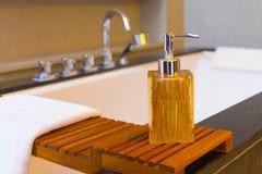 Ciekłego mydła butelka na wannie Obraz Royalty Free