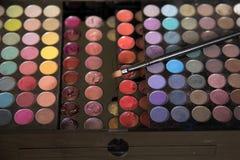 Ciekły pomadka zestaw i makeup paleta z muśnięciem Fotografia Stock