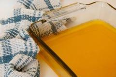 Ciekły ghee w szklanym pieczenia naczyniu Fotografia Royalty Free