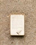 Ciekawa biała plakieta na Essex kościelnej kamiennej ścianie Zdjęcie Stock