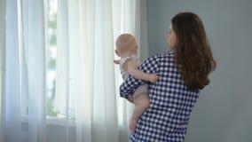 Ciekawa dziewczynka patrzeje wokoło w matek rękach, odkrywa świat wpólnie zbiory wideo