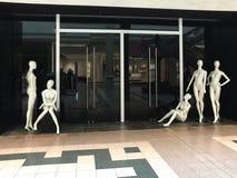 Ciekawa grupa 5 pozował mannequins przy sklepu przymknięciem Zdjęcia Royalty Free
