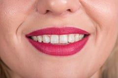 Ciekawa kobiety twarz Z Ładnym uśmiechem i Białymi zębami Pracowniany sesja zdjęciowa. Używa Jaskrawą Czerwoną pomadkę otwarte us Fotografia Royalty Free