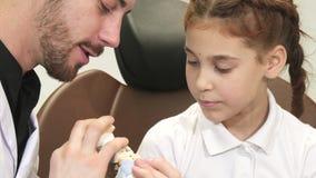 Ciekawa lekarka mówi ciekawej dziewczyny o strukturze szczęka zbiory