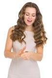 Ciekawa młoda kobieta sprawdza menniczego podrzucanie rezultat Fotografia Stock