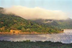 Ciekawa mgła nad Pennsylwania wodą i wzgórzem Fotografia Royalty Free