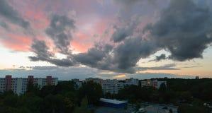 Ciekawa obłoczna formacja w Monachium, Neuperlach - zdjęcie stock