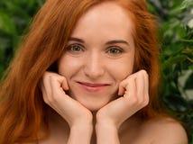 Ciekawa rudzielec kobieta pillowing twarz na ona ręki fotografia stock