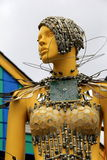 Ciekawa rzeźba zakrywająca w metalu silverware kobieta Papierowy księżyc gość restauracji, Maryland, Kwiecień, 2015 Zdjęcie Stock