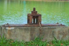 Ciekawi, stara i nieociosana wodna brama która pozwoli przepływ lub tamowanie do i z wielkiego luksusowego Tajlandzkiego parkoweg zdjęcie stock