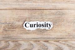 ciekawość tekst na papierze Słowo ciekawość na poszarpanym papierze com pojęcia figurki wizerunku odpoczynku dobra trwanie tekst Zdjęcia Stock
