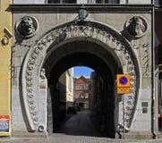 Ciekawy łękowaty przejście w starym miasteczku Malmo, Szwecja Zdjęcia Stock